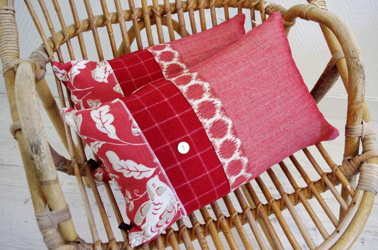 Coussin patchwork en tissus rouge et écru : Textiles et tapis par abracadabroc