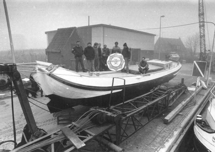 Het zogenaamde plysjeskûtsje bij de loods van Siete Meeter. Met dit schip zullen een aantal politiemensen deelnemen aan de IFKS-wedstrijden (10 maart 1986; fotonummer 28128).