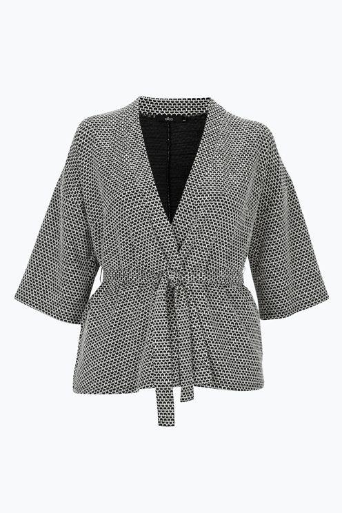 Kimono af skøn, lidt tyndere jersey. Elegant, men afslappet model. Flot pasform over brystet, da kimonoen er A-formet. Aftageligt bindebånd i taljen. Høj slids i siderne forneden. Længde ca. 70 cm i str. 42/44. <br><br>52% bomuld, 46% polyester, 2% elastan<br>Pasform: relaxed<br>Jersey<br>Vask 40°