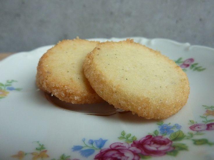 Julens bedste småkager - Marcipan-specier!200 g blødt smør 90 g flormelis 75 g ren rå marcipan 1 flækket vanillestang knap 250 g mel 1 sammenpisket æg rørsukker (demerarasukker)