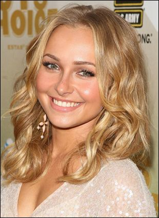 Hayden Panettiere pulls off shoulder length wavy hair with perfection. It's such a simple, very pretty and classic look that can be worn chin length or with long hair.
