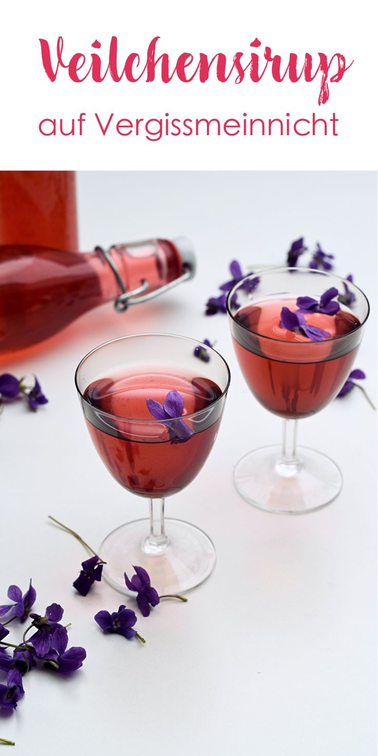 Leckeres Veilchensirup, aus frischen Veilchen aus dem Garten. Wenn du noch kein Sirup aus Blumen gemacht hast solltest du es wirklich mal versuchen. Perfekt auch für ein Cocktail.