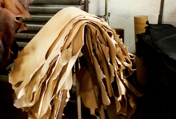 We only use vegetable tanned leather. One of our suppliers is Tärnsjö Garveri, with these beautiful and durable hides.