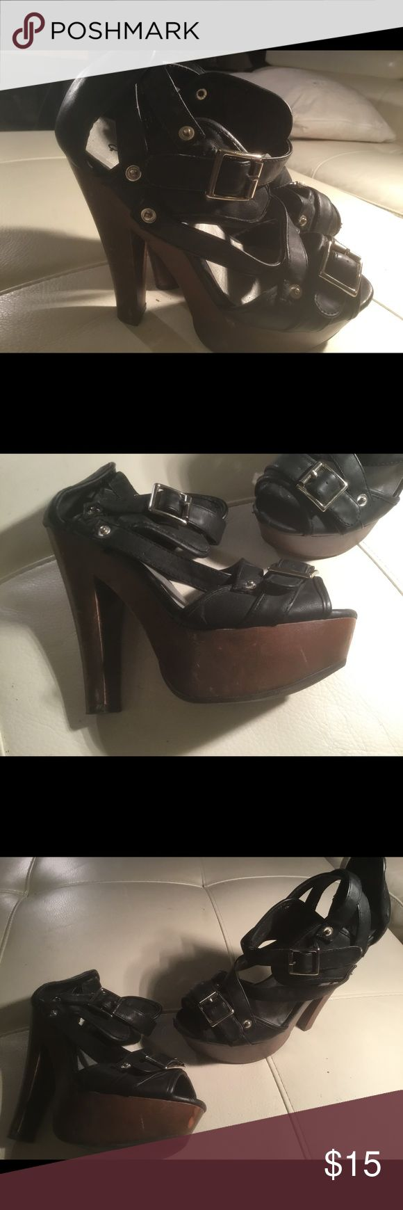 Black Ladies Size 7m Strappy Shoes 👠🔥🔥🔥 Black Ladies Size 7m Strappy Shoes 👠🔥🔥🔥 These have scratches and a few imperfections:However great value! 🔥🔥🔥 Shoes Heels