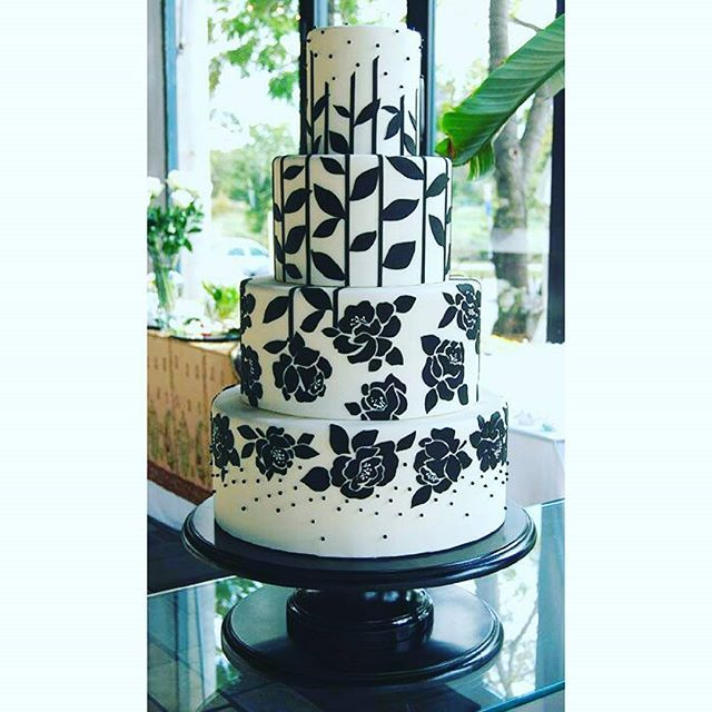 Spotted!!! Rose Petals Appliquees🌹🌷🍃..... Double Tap if you love this BEAUTIFUL Cake Inspiration ❤❤❤❤💞👌#Cakebakeoffng #CboCakes #Instalove #Likeforlike #AmazingCakes #CakeInspiration