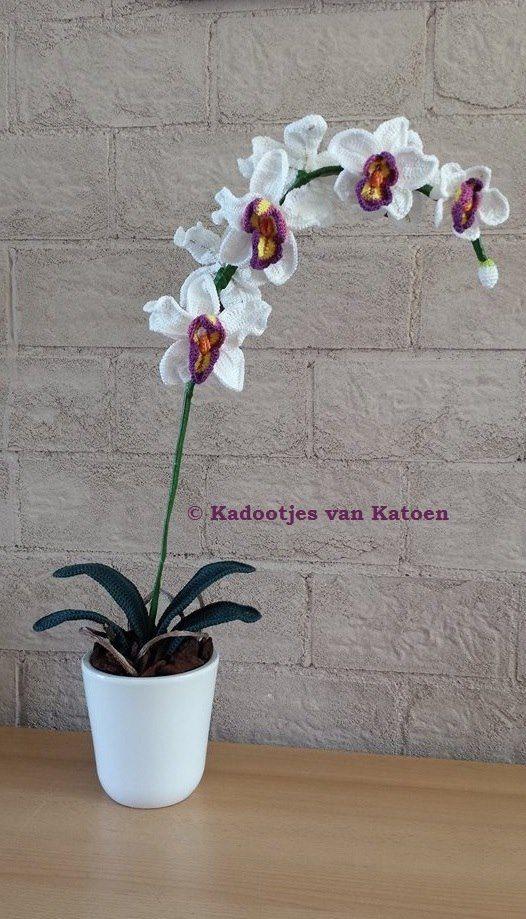Crochet flowers. Gehaakte orchidee in pot. Crochet orchid plant
