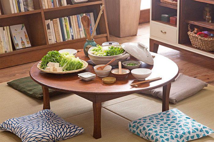 今、見直したいのが、昔ながらの食卓「ちゃぶ台」です。程よいサイズ感と円い形は、家族で囲む食卓にぴったり。お鍋だって、みんな同じ近さで手が届きます。