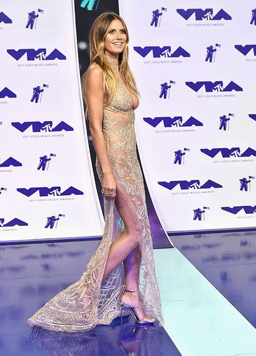Mais que s'est-il passé au photocall des MTV Video Music Awards 2017 ?  Le tapis rouge (volant) nous ramène dans les années 2000 ! Quelles stars étaient les plus lookées ? Focus : Heidi Klum.