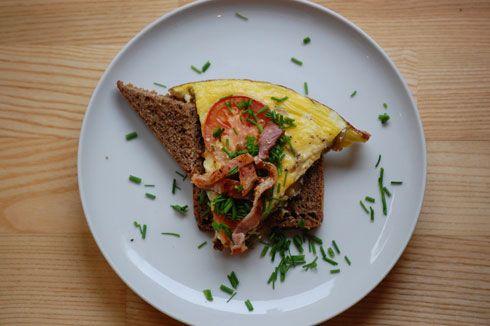 God æggekage med kartofler og bacon er nem og mættende hverdagsmad - hurtigt at lave og smager så godt på rugbrød med purløg til - få opskrift her