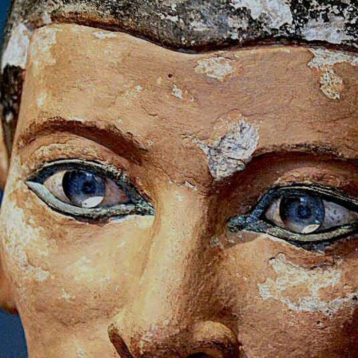 Particolare degli occhi di pasta vetrosa dello scriba seduto - 2600 - 2350 a.C. antico regno - calcare scolpito a tutto tondo e dipinto - da Saqqara - Parigi, Museo del Louvre
