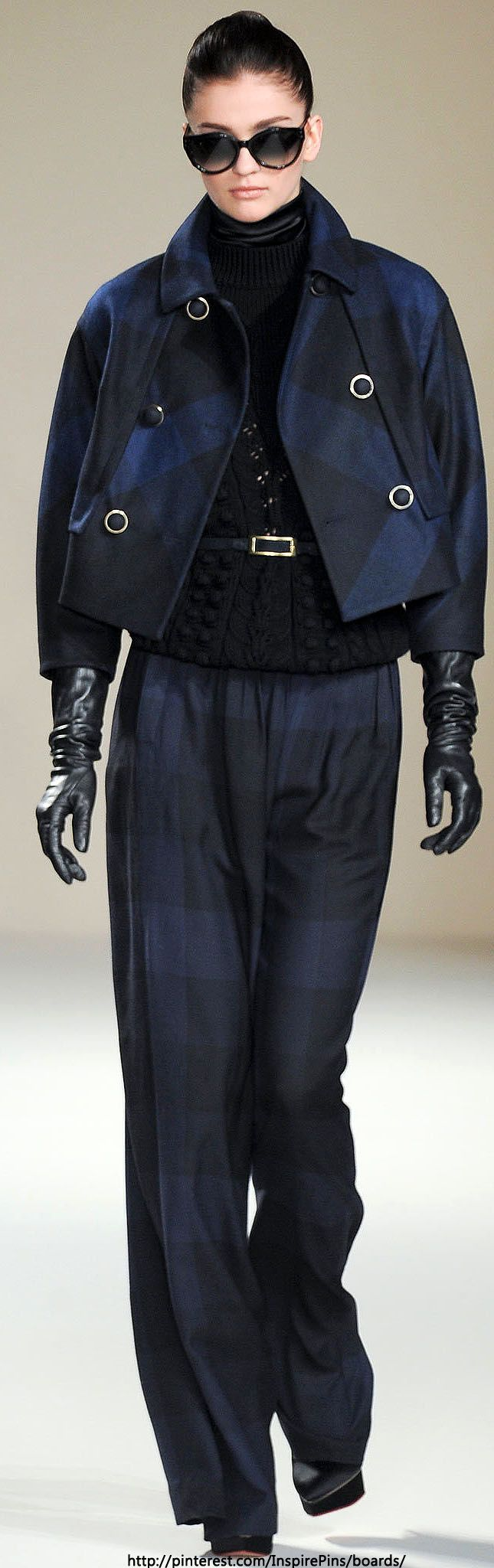 Nice styling and color combination - and again the long leather gloves add so much