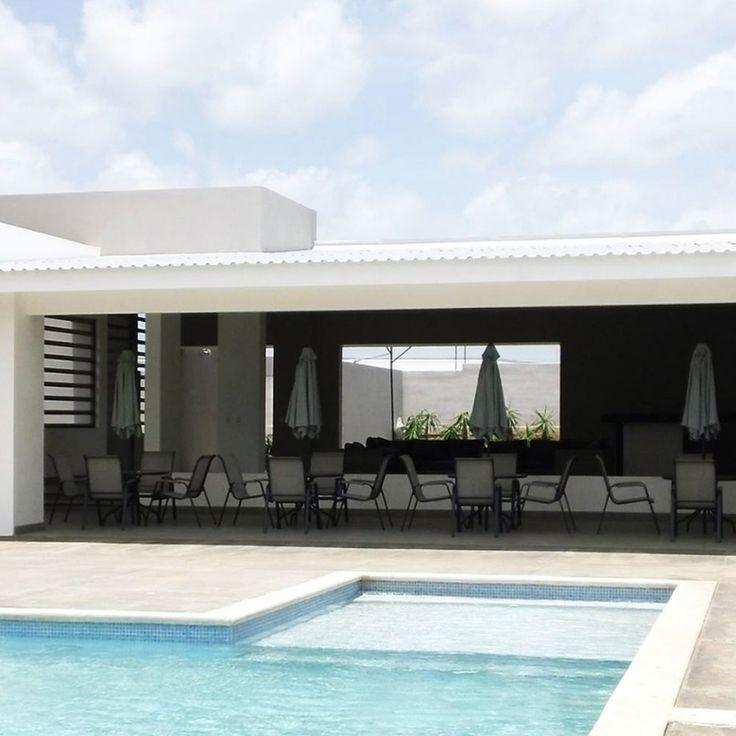 El proyecto, ubicado en la zona residencial Las Colinas, en Managua, consta de un conjunto de 20 viviendas unifamiliares.  Cada una de ellas dispone de 155 m2, todos ellos en una misma planta, que cuenta con tres dormitorios, 3 baños completos, aseo, cocina y garaje y jardín privado.  Las viviendas combinan a la perfección la elegancia de una arquitectura vanguardista, con la racionalidad de una distribución interior que apuesta por amplios espacios.
