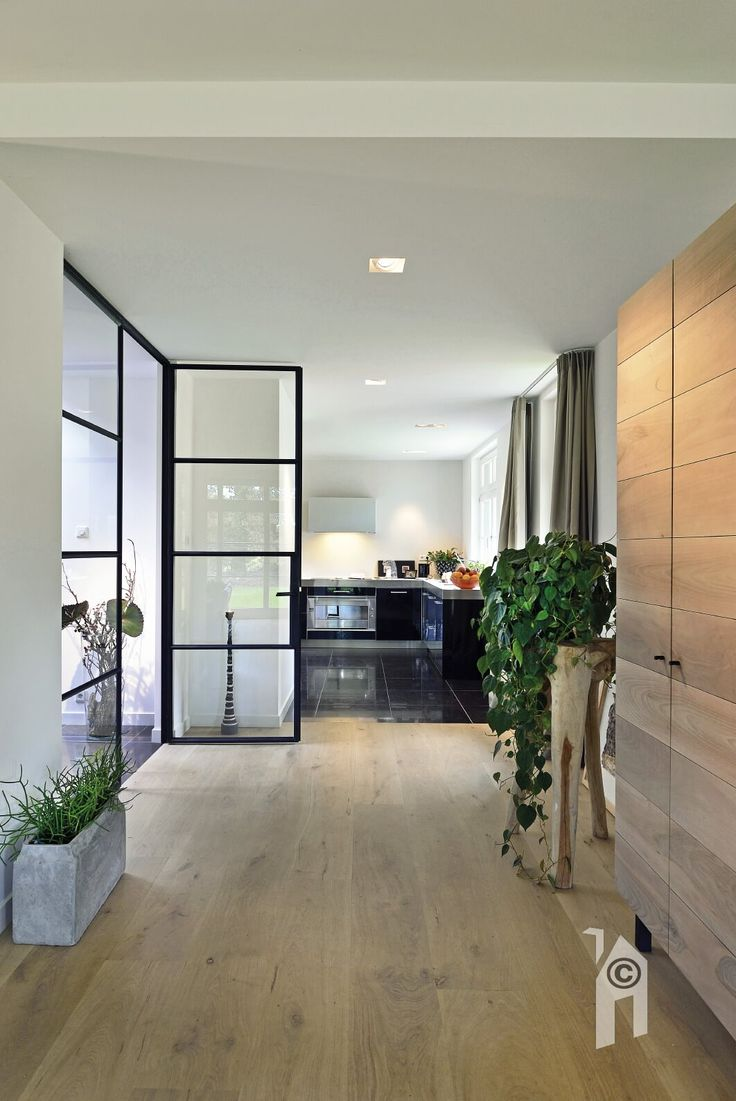 Landhuis. Keuken met grote glazen deuren