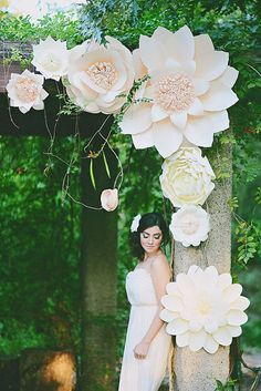 oversized paper flower wedding arch http://weddingwonderland.it/2015/06/fiori-di-carta-matrimonio.html