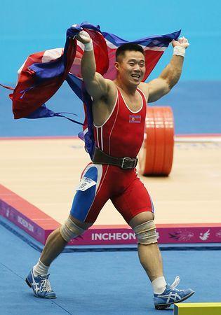 重量挙げ男子62キロ級で世界新記録を出して優勝、北朝鮮国旗を手に喜ぶキム・ウングク=21日、韓国・仁川 ▼22Sep2014時事通信 世界新連発でアピール=北朝鮮の重量挙げ-アジア大会 http://www.jiji.com/jc/zc?k=201409/2014092200288 #Incheon2014