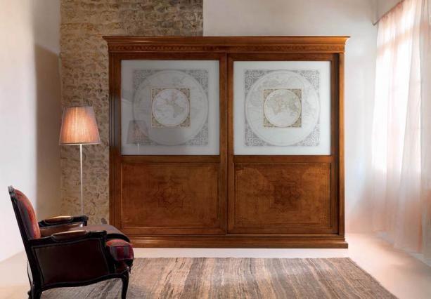 szafa drewniana intarsjowana z dekoracyjnym szkłem z motywem mapy świata