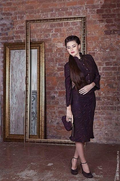 Купить или заказать Горький шоколад (продано) в интернет-магазине на Ярмарке Мастеров. Необыкновенно женственный и изящный костюм. Глубокий темно-коричневый цвет и красивый объемный декор сделает обладательницу этого костюма настоящей королевой. Костюм свалян из 18 мкн мериносовой шерсти в технике нуновойлока, с ипользованим шелковой ткани и декоративных волокон. Юбочка на подкладке, сзади застегивается на молнию. Аксессуар- сумочку специально изготовила Елена Найденова.
