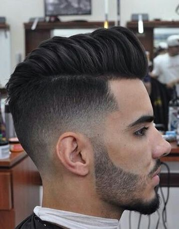 De mid fade haircut is een kapsel waarbij de zijkanten zijn opgeschoren en de bovenkant verticaal omhoog is gestyled. In tegenstelling tot de fade haircut beginnen de lange haren bij een mid fade haircut wat hoger op het hoofd. Lees nu meer -->