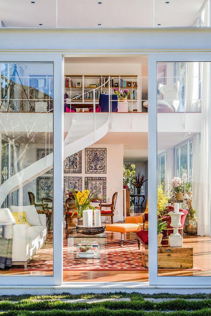 Casa na serra fluminense tem design do arquiteto Jimmy Bastian Pinto - O mezanino é onde fica o escritório, ligado à suíte do morador. A estante foi desenhada por ele.