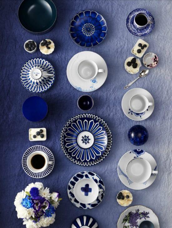 Van bovenaf gezien lijkt een verzameling servies wel een vorm van kunst. De borden en kopjes vormen een stilleven van patronen en vormen.