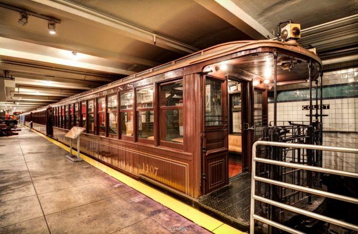 La metropolitana della Grande Mela ha compiuto 110 anni. Per onorare questo compleanno speciale Google ha organizzato un tour virtuale al New York Transit Museum, finendo per realizzare un vero e proprio viaggio nel tempo. Dalle pareti dei vagoni in legno alle pubblicità d'epoca ancora in per