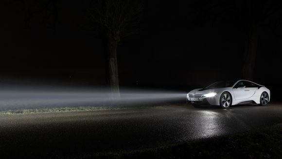 AUTOLICHT Den Schein wahren LED im Scheinwerfer sind inzwischen Standard, Laser ist der neueste Schrei. Ingenieure arbeiten bereits mit OLED – ehe der Scheinwerfer vielleicht ganz verschwindet. VON HOLGER HOLZER
