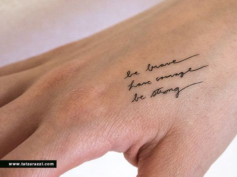Dappere moed sterke tijdelijke tatouages Tiny handgeschreven cursieve scriptje kalligrafie door Tatzarazzi