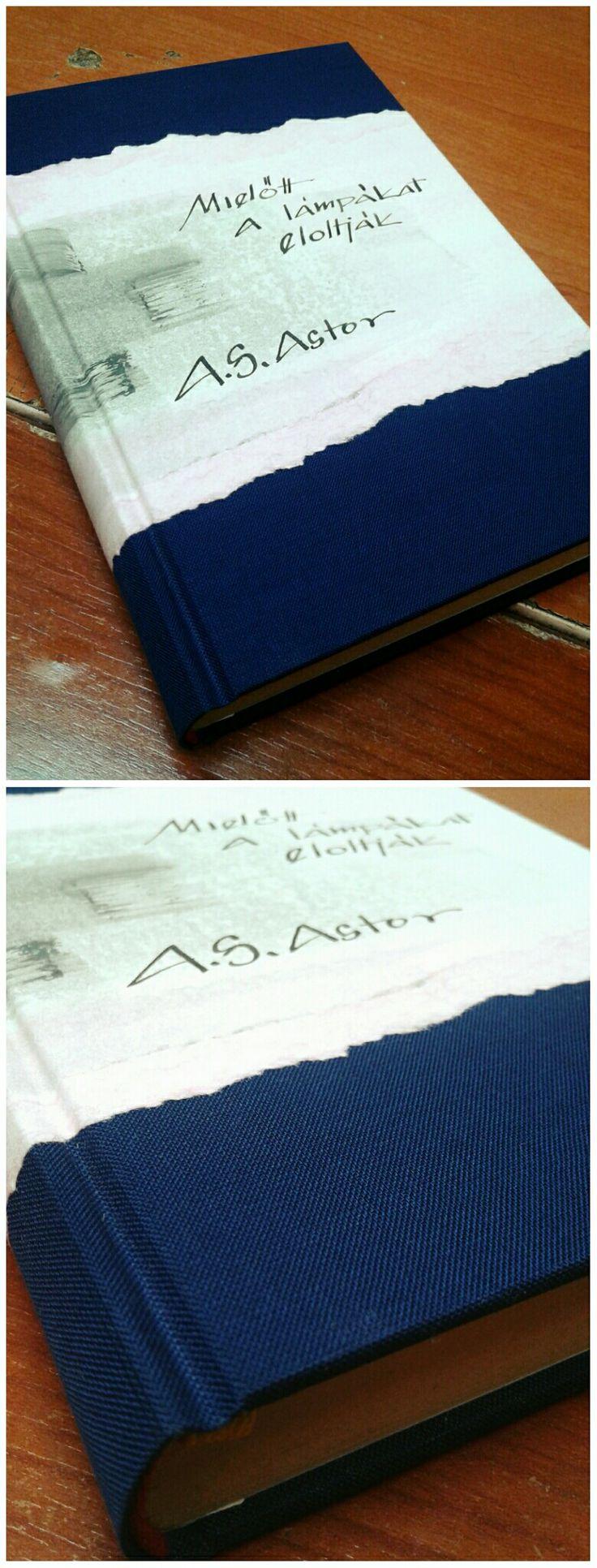 Kék vászon,kézzel festett betéttel,tintával kézzel írva.