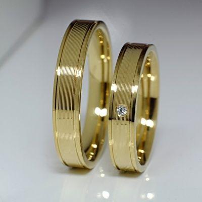 Verighete din aur galben cu diamant natural Greutate aproximativa :8 grame Latime :3 mm Dimensiune diamant:1.5mm Claritate : VS2 Culoare : F Pietrele pretioase fiind naturale au garantie pe viata!  Fiecare bijuterie este insotita de certificat de calitate si garantie in cadrul caruia sunt descrise atat montura cat si caracteristicile tehnice ale pietrelor pretioase.
