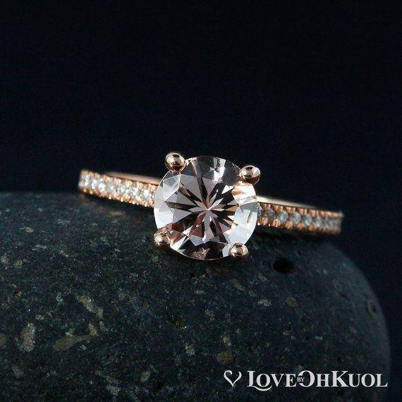 Das einfache, markanteste Design, die Sie immer mit einem subtilen, einzigartige Twist geliebt habe Rutschen auf diesem rosa Morganit Solitär Verlobungsring und entdecken Sie das perfekte Symbol für Ihre Gewerkschaft. Setzen Sie auf die minimalistische Band mit weißen Diamanten, können Sie Ihre Lieblinge-Einstellung aus 14 k weiß, Rose oder Gelbgold. Sicher, Aufmerksamkeit und Bewunderung erfassen, wohin Sie gehen, haben diese schöne rosa Verlobungsring Sie in Ehrfurcht für immer.  ❥ ❥ der Ve… – Tina Grohs