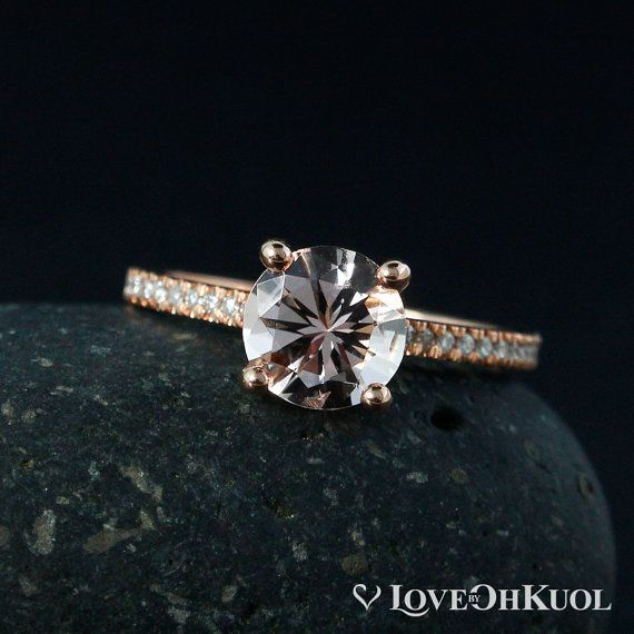 Das einfache, markanteste Design, die Sie immer mit einem subtilen, einzigartige Twist geliebt habe Rutschen auf diesem rosa Morganit Solitär Verlobungsring und entdecken Sie das perfekte Symbol für Ihre Gewerkschaft. Setzen Sie auf die minimalistische Band mit weißen Diamanten, können Sie Ihre Lieblinge-Einstellung aus 14 k weiß, Rose oder Gelbgold. Sicher, Aufmerksamkeit und Bewunderung erfassen, wohin Sie gehen, haben diese schöne rosa Verlobungsring Sie in Ehrfurcht für immer.  ❥ ❥ der…