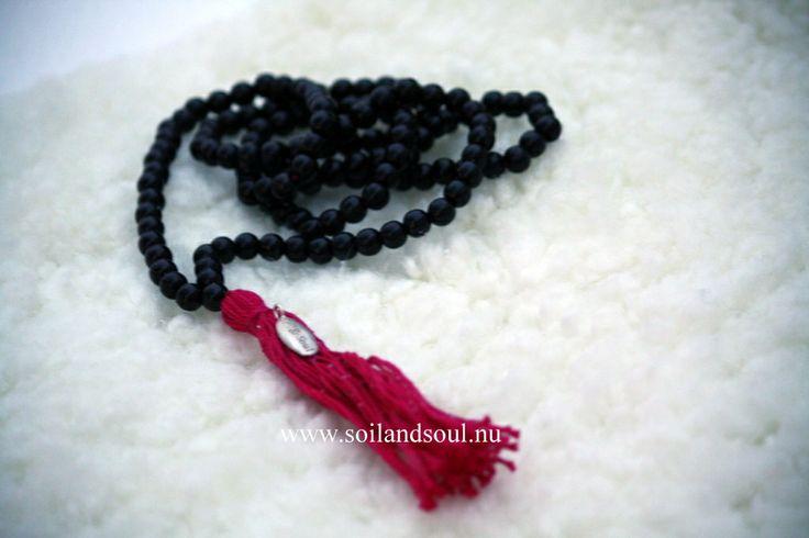 """MALA - """"Make a Wish"""" Vårt mala """"make a wish"""" är tillverkat av svarta träpärlor och tofsen i ett cerise ekologiskt silkes garn. Den svart färgen - representerar mod och styrka att stolt gå framåt."""
