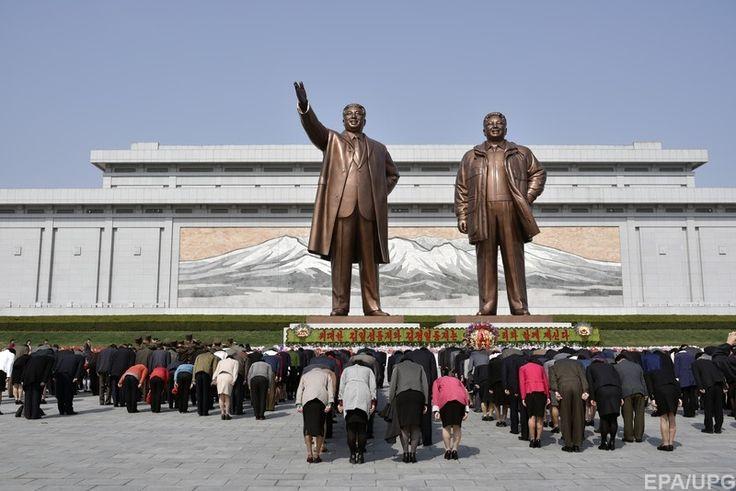 Северная Корея, Пхеньян. Статуипервых правителей Северной Кореи: Ким Ир Сена и Ким Чен Ира
