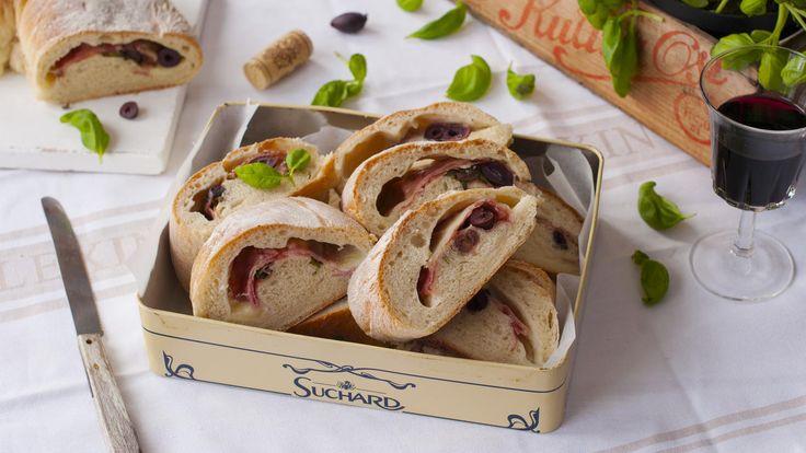 Innbakt brød med salami, ost og oliven