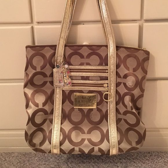'Like' New coach tote Coach tote bag, barely worn. New coach logo with gold detail. Perfect laptop bag! Coach Bags Totes