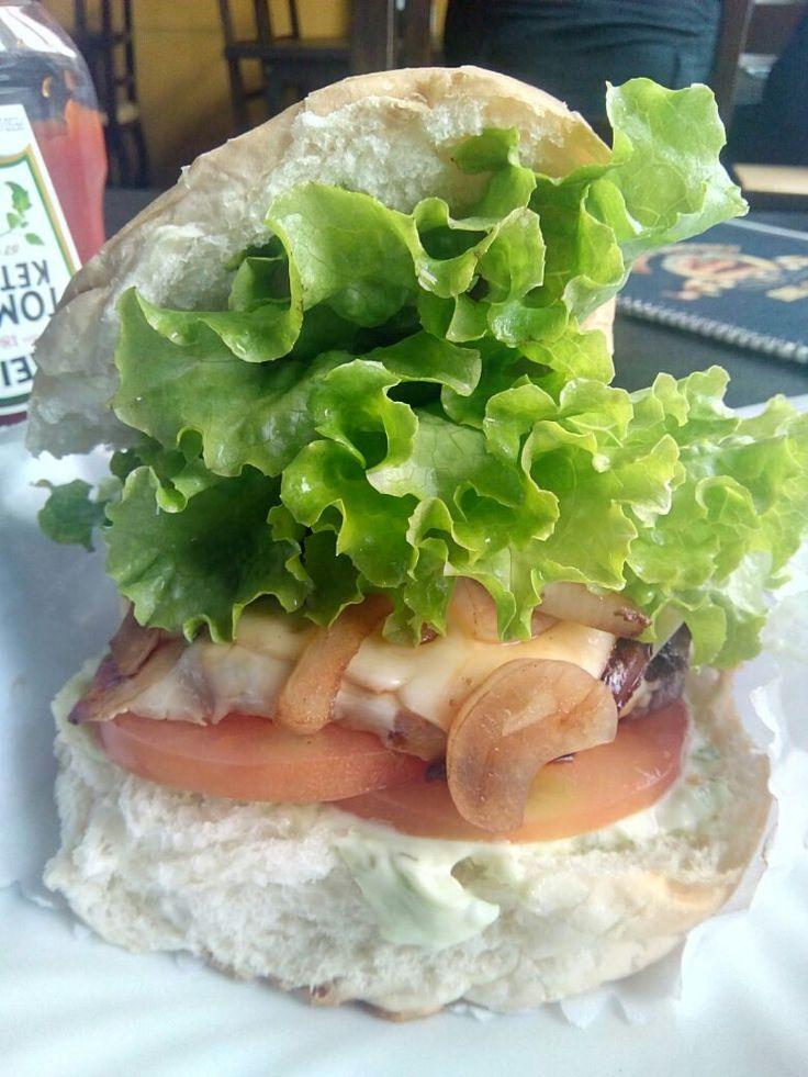 No geral, um lanche fraco no sabor, e que saborear melhor foi melhor desmanchar o lanche, o que é bem esquisito, o que torna bem melhor no sabor, talvez volte aqui pra experimentar as variações que são muitas, mas essa segunda impressão me deixou curioso pra saber como são os outros lanches.  #almoço #lanche #CheeseBurguer #salada #cebola #comida #carne  Cheeseburguer Salada Cebola - R$20,40 em Cineasta Burguer