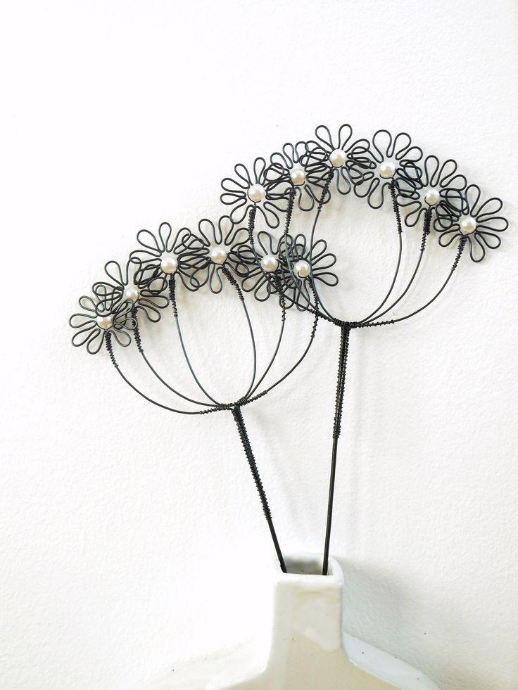 Květuška bílá s perletí -zápich Zápich je vyroben ze žíhaného drátu, který je dozdoben skleněnými korálky. Dálka je cca 37cm a průměr je cca 13cm. Zápich hezký vypadá v květináči nebo v suché vazbě. Drát je ošetřen proti korozi, ale ve vlhkém prostředí může chytit patinu. Cena za kus.