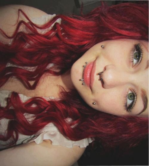 фото пирсинга щек, нос, губы у девушки