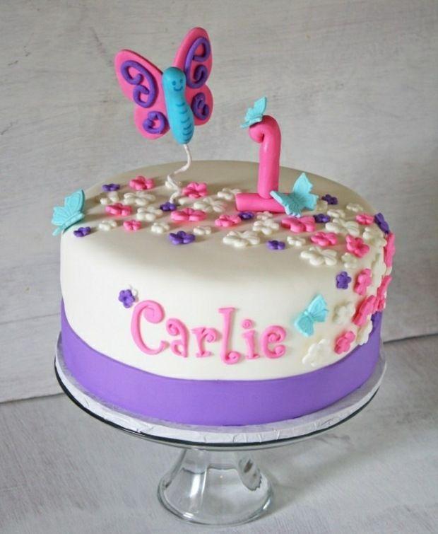 gâteau d'anniversaire pour bébé fille décoré de fleurs et papillons sucrés