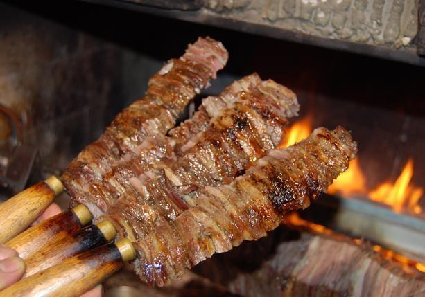 ERZURUM Erzurum'da ayran aşı çorbası, cağ kebabı ve kadayıf dolması iftar sofralarının baş tacı. TARİF İÇİN TIKLAYIN >>> CAĞ KEBABI Kuzu etinden yapılan ve odun ateşinde pişirilen cağ kebabı, ramazanda da sofraların vazgeçilmez lezzetler arasında yer alıyor. Bir gün önceden soğan, biber ve tuzla terbiye edilen ve 12 saat bekletilen kuzu eti parçalar halinde cağ adı verilen şişlere özenle takılıyor. Odun ateşinde pişirilen kuzu eti, yağlı, yağsız, az veya çok pişmiş çeşitlerle müşterilere…