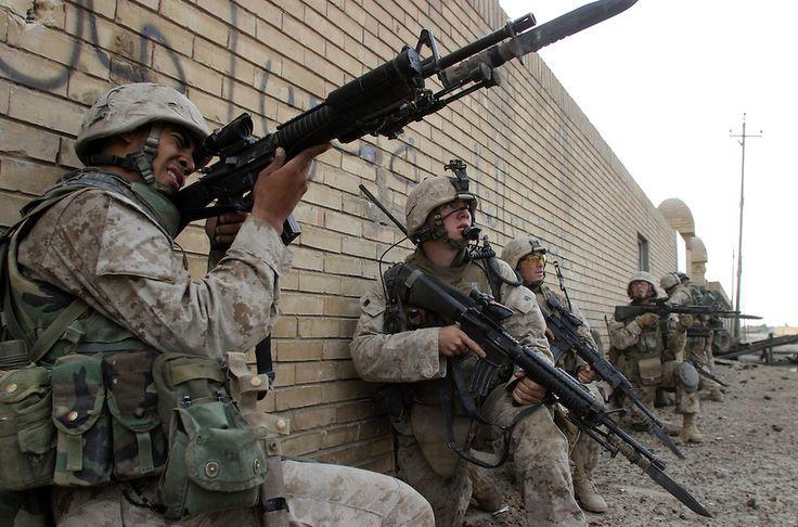 Marines with fixed move through Fallujah, Iraq