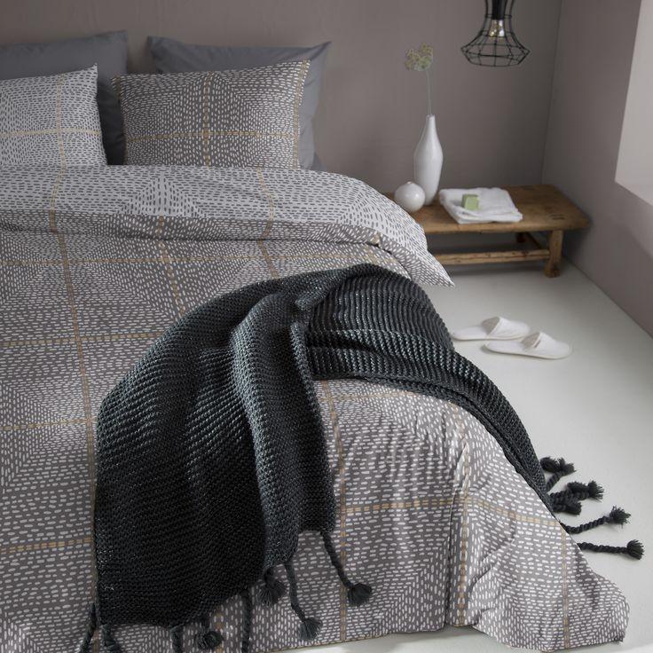 Met het dekbedovertrek Yuuto van Damai geef je je slaapkamer een moderne en warme uitstraling. Het antraciet kleurige dekbedovertrek is double face en aan 1 zijde voorzien van grafische prints in zwart en zand. #bedroom #inspiration