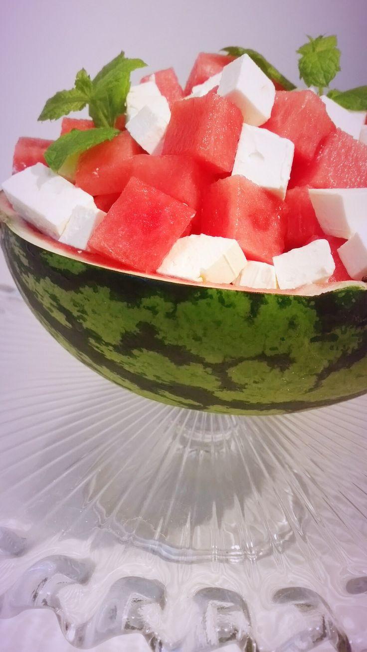 Vattenmelon med fetaost och mynta är en fräsch sallad som är populär runt Medelhavet. Det äts under de varmaste dagarna på året som en svalkande fika. Det serveras gärna med ett riktigt sött te och en bit nybakat bröd.