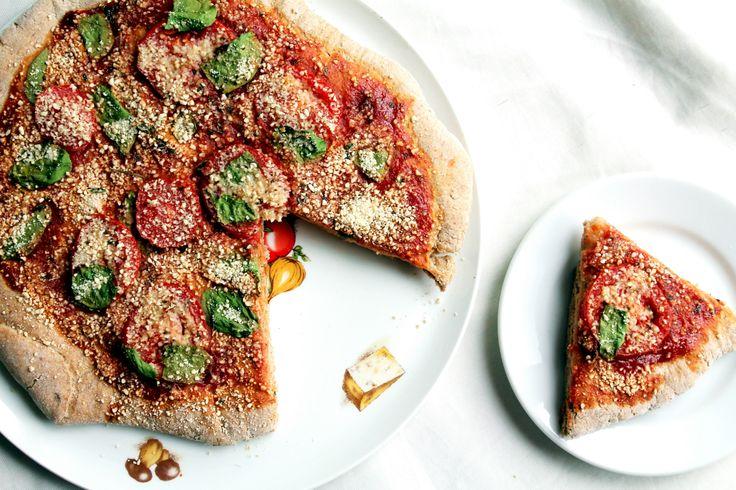 Na čo ísť do pizzérie, keď si môžeš doma upiecť vlastnú, oveľa zdravšiu pizzu, na ktorú si dáš, čo len chceš? Akeď ešte podporuješ veganskú stravu, nájsť pizzériu, kde splnia tvoje požiadavky je poriadny oriešok. Preto je jednoznačne jednoduchšie aaj chutnejšie, pripraviť si takúto chrumkavú pizzu vteple domova.Určite zachutí aj partnerovi, či deťom, a namiesto… Continue reading →