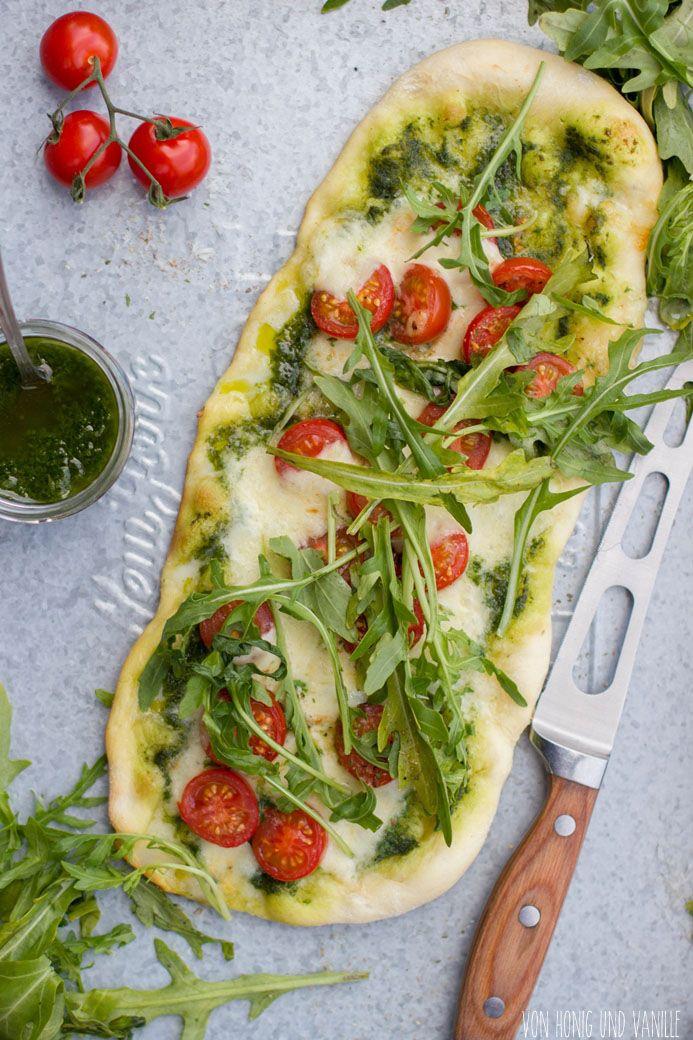 Leckere Pizzavariante für den Kugelgrill mit Basilikumpesto, Tomaten, Mozzarella und Rucola