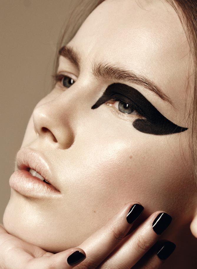 02-graphic-black-catseye-black-nails-make-up
