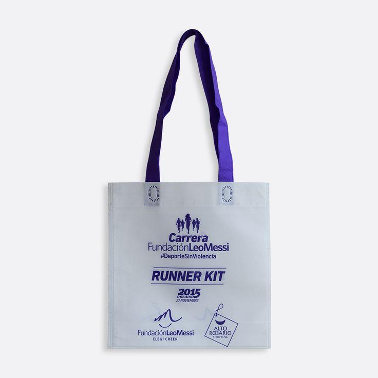 Bolsa con manija para colgar altamente resistentes, fabricadas en tela de fibra continua 100% reutilizable.