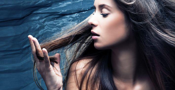 Grijs haar wordt doorgaans gezien als een teken van ouderdom. Toch komt grijs haar ook al op jonge leeftijd voor. In dit artikel lees je wat de mogelijke oorzaken zijn van vroeg grijs worden en wat je zoal tegen je voortijdig grijze haren kan ondernemen. Kortom: oorzaken & behandeling van vroegtijdige grijs haar