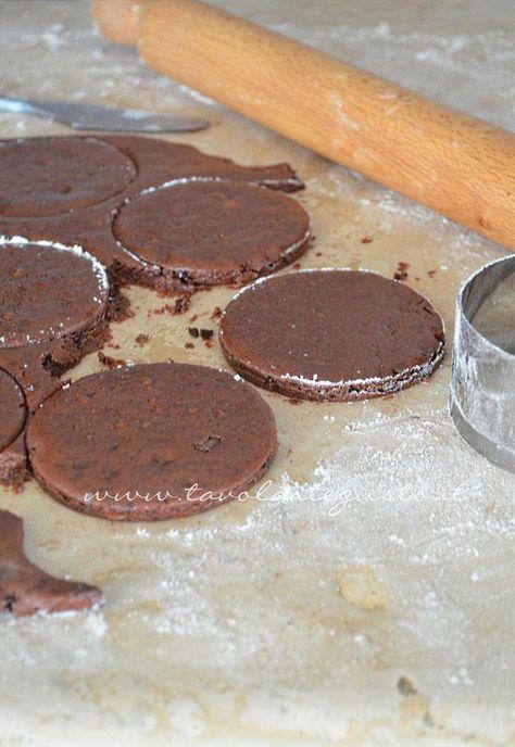 Intagliare i biscotti - Ricetta Biscotti al cioccolato senza uova, senza burro, senza latte