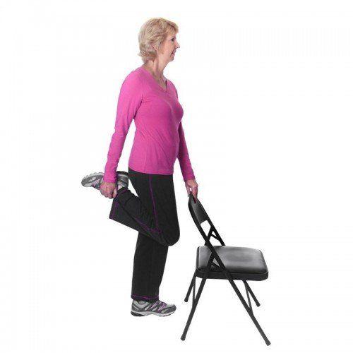 Com equipamentos simples, como uma cadeira, você pode fazer exercícios completos de equilíbrio e alongamento para idosos!